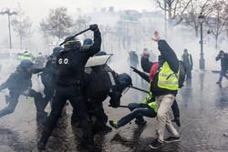 فرانسیسی پولیس کا مظاہرین حملہ