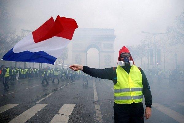 Fransa'da yeni akaryakıt vergisi 6 aylığına askıya alındı