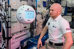 ربات پرنده ایستگاه فضایی بین المللی حرف زد