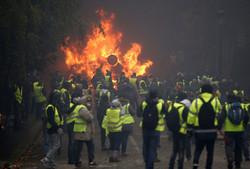 فرانسیسی حکومت نے مظاہرین کے سامنے گھٹنے ٹیک دیئے