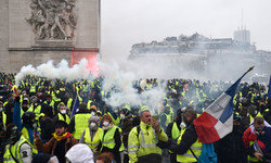 فرانس کے صدر کی وزیر اعظم کو مشتعل مظاہرین سے مذاکرات کی ہدایت
