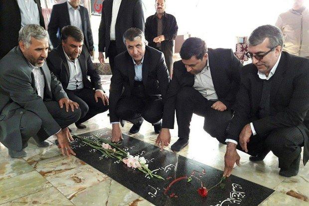 وزیر راه و شهرسازی به شهدای ایوان کی ادای احترام کرد