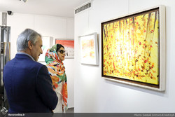 Maryam Heidarzadeh (R) accompanies Budget and Planning Organization director Mohammad Baqer Nobakht in a visit to her exhibition at Tehran's Mojdeh Gallery on November 30, 2018. (Honaronline/Siamak Zo