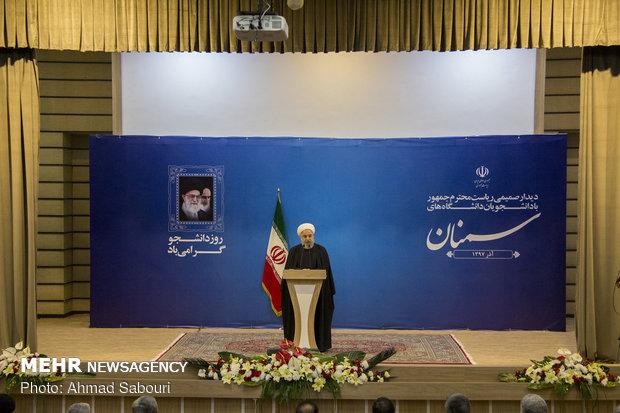 حضور روحانی در جمع دانشجویان استان سمنان
