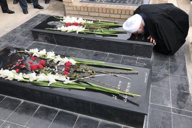 Ruhani, annesi ile babasının mezarını ziyaret etti