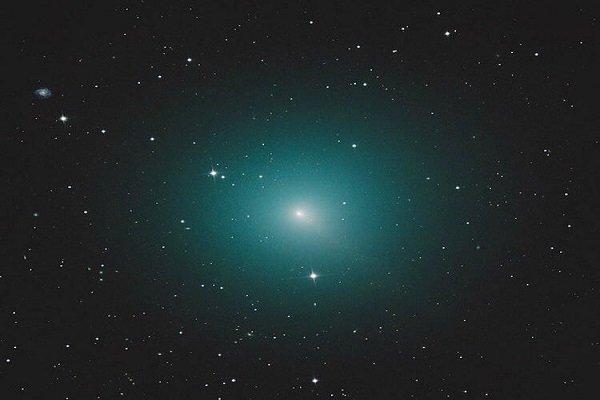 ستاره دنباله دار سبز رنگ و درخشان از کنار زمین می گذرد