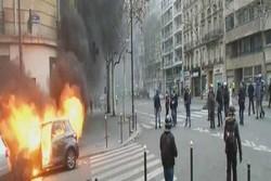 دفع سرکوب پلیس فرانسه با سنگفرش/ کندن تعدادی از درختها در پاریس