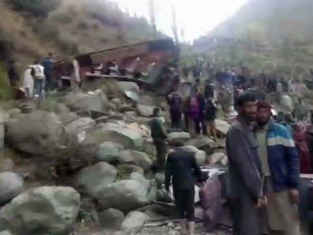 کشمیر میں مسافر بس کے گہری کھائی میں گرنے کے باعث 11 افراد ہلاک