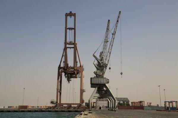 تحالف العدوان السعودي يسمح لأربع سفن وقود بدخول ميناء الحديدة