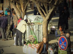 با احتیاط آشغال بریزید زبالهگردها مشغول کارند