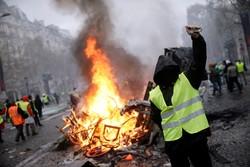 Fransa'da sarı yelekliler yolları kapattı: 142 gözaltı