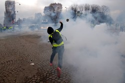 VIDEO: Protestors set cars on fire in Paris