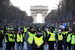 VIDEO: Hundreds of Yellow Vests gather in Paris for 10th weekend