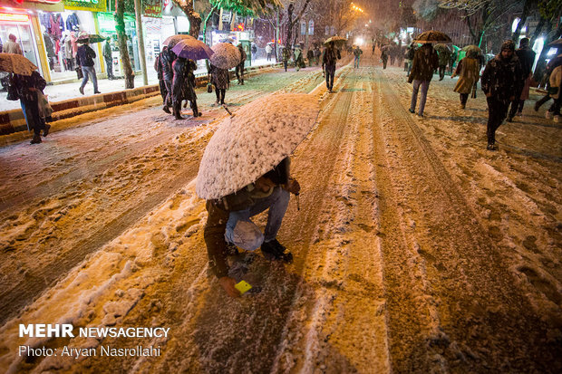 Snowfall blankets Sanandaj in west Iran