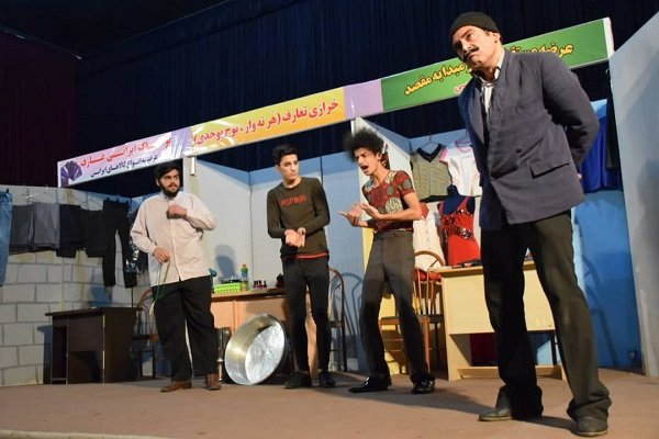 نمایش کمدی بازارچه ساحلی در آستارا به روی صحنه رفت