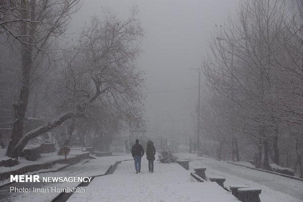 بارش شدید برف دشتساقط الثلوج في مدينة همدان الايرانيةر همدان