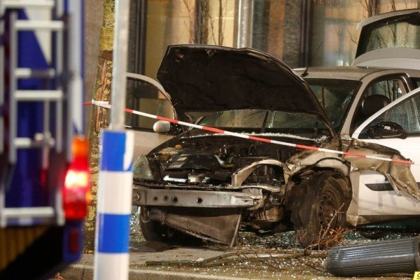 برخورد یک خودرو با عابران پیاده در غرب آلمان/ یک کشته و ۸ زخمی