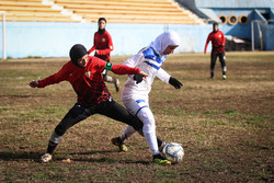"""لقاء منتخبي كرة القدم الإيرانيين للسيدات """"آذرخش طهران و""""ملوان انزلي""""/صور"""