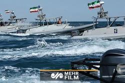 زوارق سريعة ايرانية تلاحق حاملة طائرات أمريكية/ فيديو