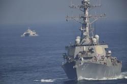 مشاهد من لحظة اقتراب الزوارق السريعة الايرانية من حاملة الطائرات الامريكية / صور