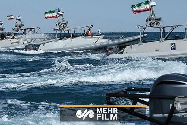 فلم/ ایرانی تیز رفتار کشتیوں کا امریکی طیارہ بردار جہاز کے قریب  ہونے کا منظر