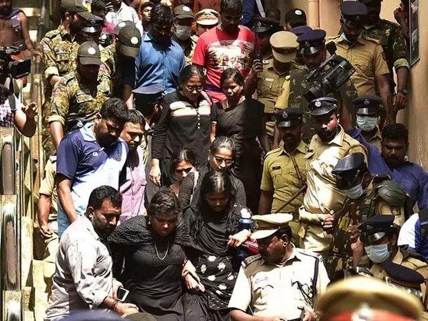 ہندو انتہا پسندوں نے خواتین کو مندر میں داخل ہونے سے روک دیا