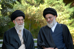 رهبر انقلاب نماز را بر پیکر آیتالله هاشمی شاهرودی اقامه میکنند