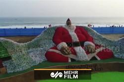 ساخت بابانوئل پلاستیکی ۹ متری در هند