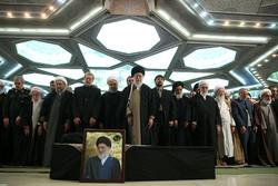 قائد الثورة يقيم صلاة الميت على جثمان الفقيد اية الله هاشمي شاهرودي / صور