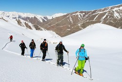 Ski resorts draw thousands of tourists in Iran