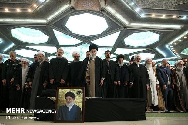 قائد الثورة يقيم الصلاة على جثمان الفقيد اية الله هاشمي شاهرودي