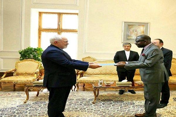 سفير مالي الجديد يسلم نسخة من أوراق اعتماده لوزير الخارجية الإيراني
