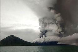 انڈونیشیا میں سب سے زیادہ فعال آتش فشاں کے پھٹنے سے لاوا نکلنا شروع ہوگيا