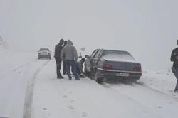 بارش برف زمستانی در دلفان/ راه ارتباطی ۴۰ روستا مسدود شد