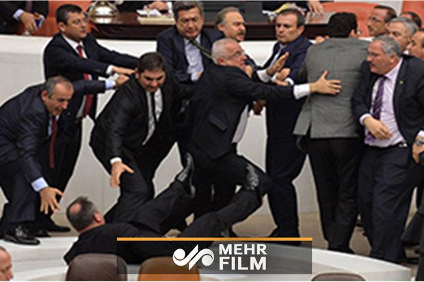 فلم/ اٹلی کی پارلیمنٹ میں بجٹ پر جھگڑا