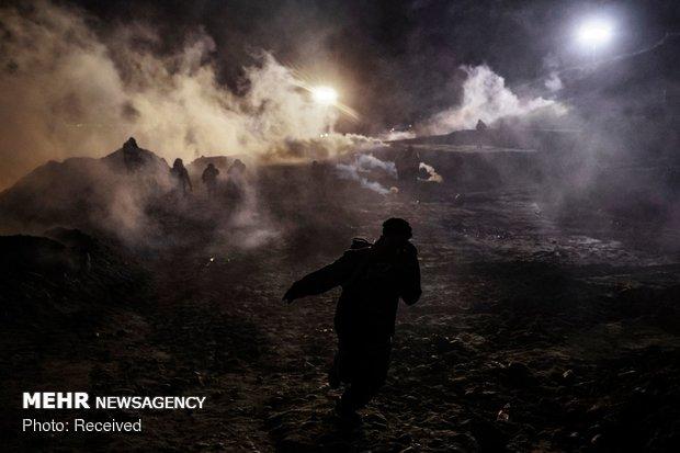شلیک گاز اشک آور به سوی مهاجران