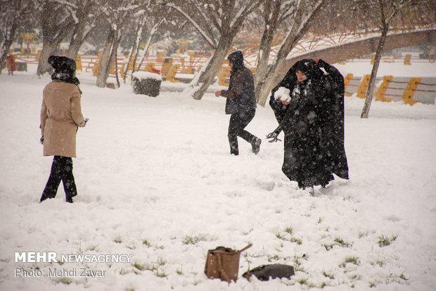 """الثلج يكسو شوارع مدينة """"أرومية"""" شمال غربي ايران"""