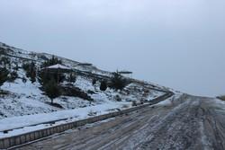 بارش برف شدید محور طالقان را مسدود کرد