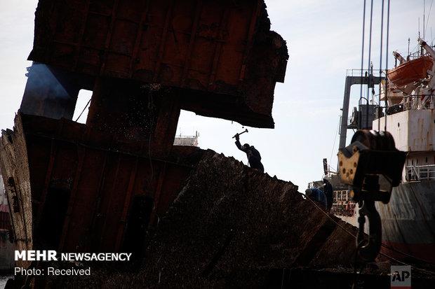 پاکسازی سواحل یونان از لاشه کشتی ها