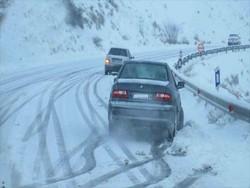بارش برف و کولاک باعث لغزندگی جاده های زنجان شده است