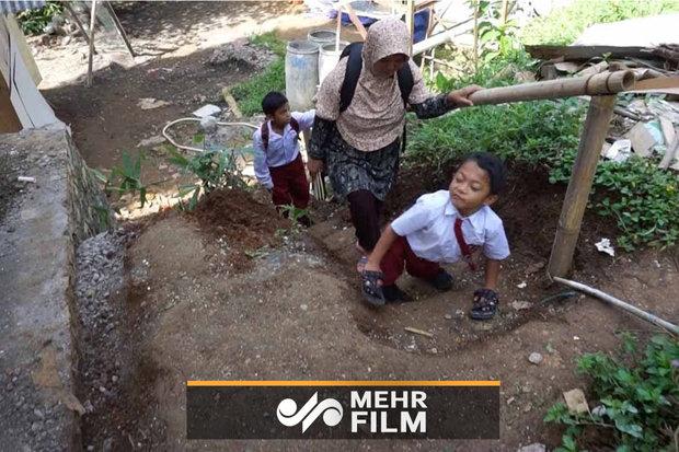 دانشآموز اندونزیایی که با دست به مدرسه میرود