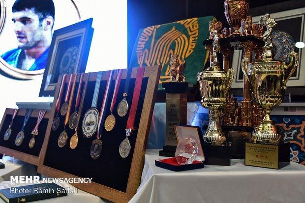 اهدای مدال  قهرمانان ملی به موزه آستان قدس رضوی
