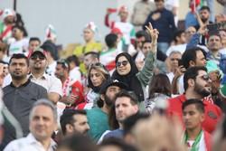 دیده بوسی سرخهای تیم ملی ایران و عراق در زمین بازی