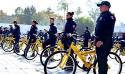 میکسیکو میں ایندھن کی کمی کے باعث پولیس کا سائیکل پر گشت