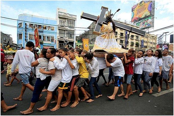 نگاهی به یک مراسم دینی در فیلیپین