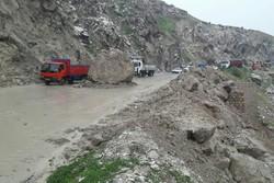انسداد جاده پلدختر- خرمآباد بر اثر ریزش کوه