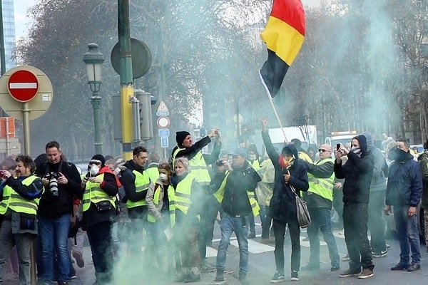 Belçika'da sarı yelekliler kamu binası girişine barikat kurdu