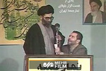 لحظه انفجار بمب در نماز جمعه و ادامه خطبهها توسط رهبر انقلاب
