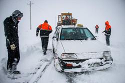 صحنه هایی از امدادرسانی راهداران به مسافران گرفتار در برف جاده چالوس