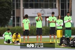 نماز خواندن تیم ملی عراق در زمین فوتبال